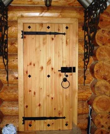деревянная дверь в срубе